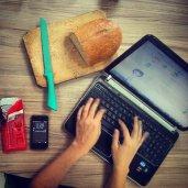 Laptop na stole kuchennym