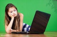 kobieta leząca przy laptopie