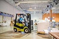 elektroniczny wózek widłowy w trakcie pracy