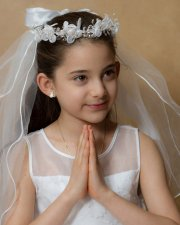 dziewczynka przygotowana na I Komunię Świętą